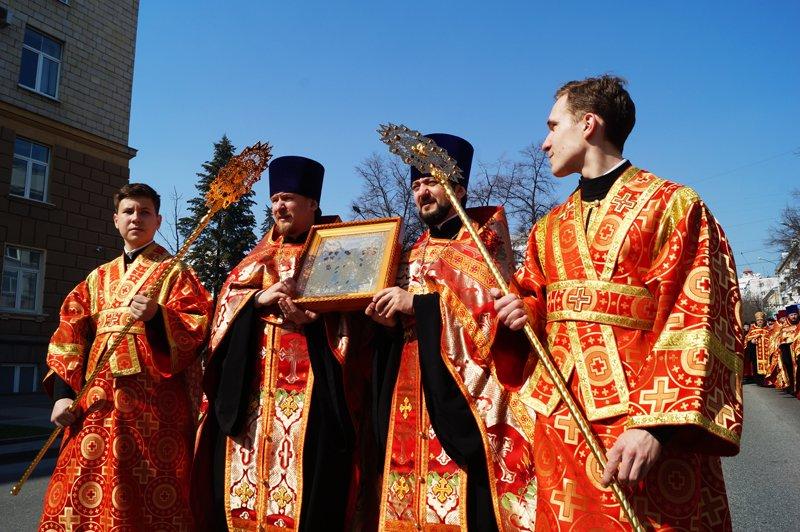 Белгородцы на Пасху встретили Благодатный огонь и прошли крестным ходом до Соборной площади (фото) - фото 4