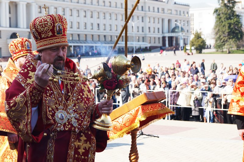 Белгородцы на Пасху встретили Благодатный огонь и прошли крестным ходом до Соборной площади (фото) - фото 7