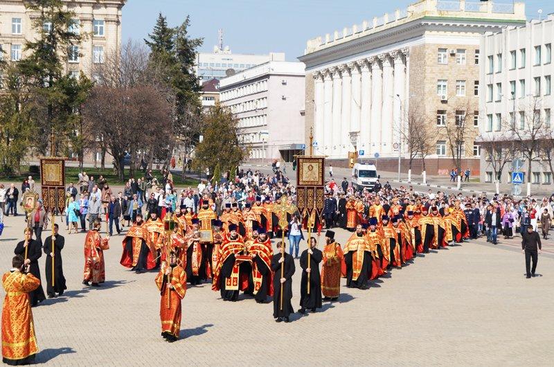 Белгородцы на Пасху встретили Благодатный огонь и прошли крестным ходом до Соборной площади (фото) - фото 6