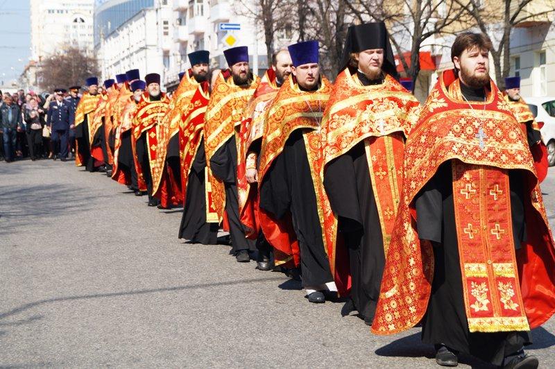Белгородцы на Пасху встретили Благодатный огонь и прошли крестным ходом до Соборной площади (фото) - фото 5
