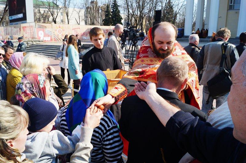 Белгородцы на Пасху встретили Благодатный огонь и прошли крестным ходом до Соборной площади (фото) - фото 11