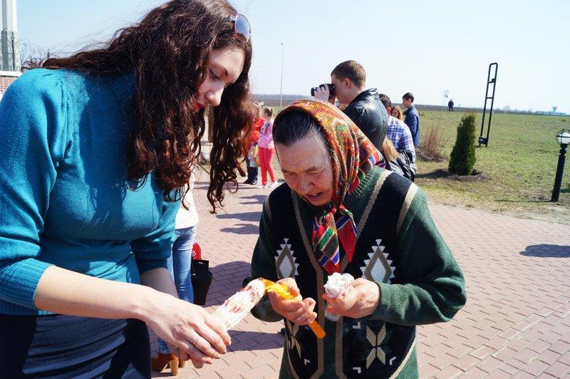 Белгородцы на Пасху встретили Благодатный огонь и прошли крестным ходом до Соборной площади (фото) - фото 3