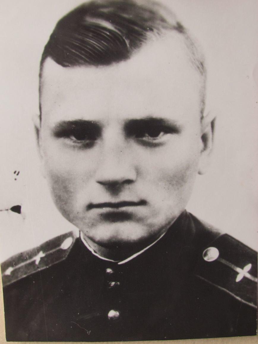Экипажу машины... Командир экипажа Ил-2 младший лейтенант Алексей Шкарпетов.