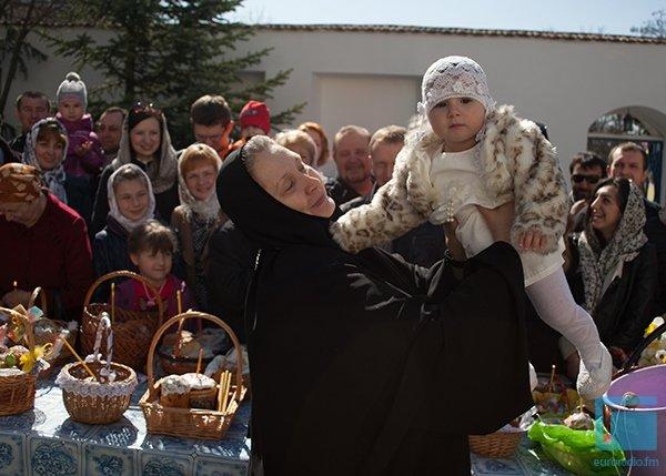 В Гродно православные освещали яйца, булки и деньги (фото) - фото 2