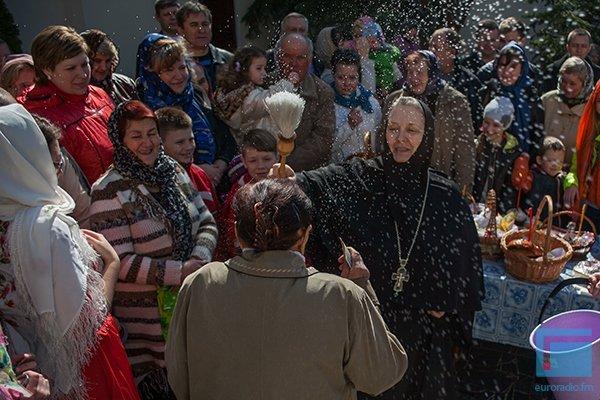 В Гродно православные освещали яйца, булки и деньги (фото) - фото 6