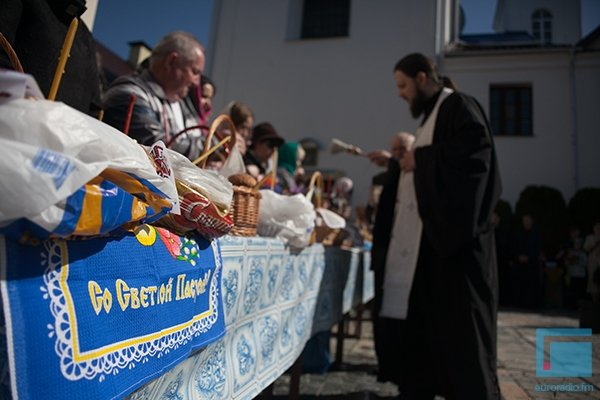 В Гродно православные освещали яйца, булки и деньги (фото) - фото 1