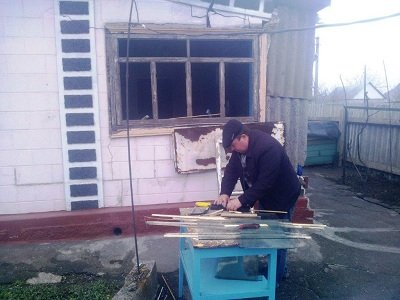 Волонтеры «Зеленого центра» помогают восстанавливать разрушенное от обстрелов жилье (фото) - фото 2