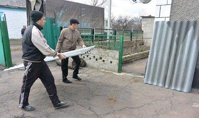 Волонтеры «Зеленого центра» помогают восстанавливать разрушенное от обстрелов жилье (фото) - фото 1