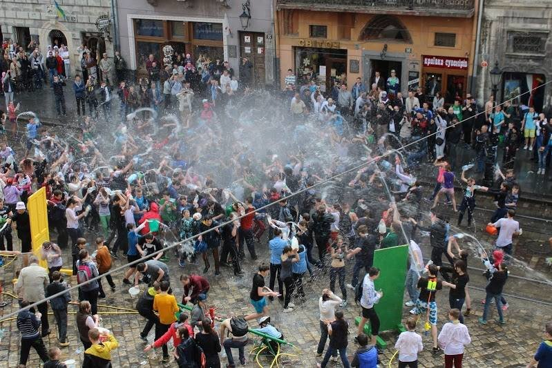 Половний понеділок у Львові: на площі Ринок стартували водяні бої (ФОТО), фото-4