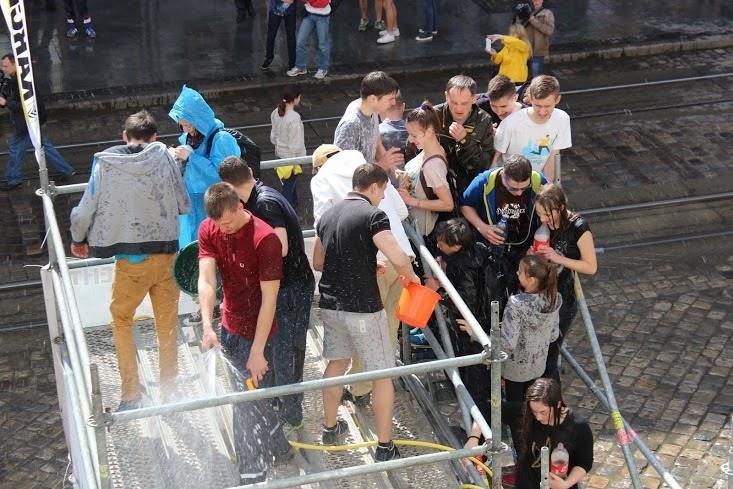 Половний понеділок у Львові: на площі Ринок стартували водяні бої (ФОТО), фото-3