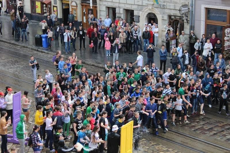 Половний понеділок у Львові: на площі Ринок стартували водяні бої (ФОТО), фото-5