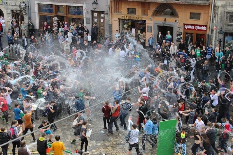 Половний понеділок у Львові: на площі Ринок стартували водяні бої (ФОТО), фото-6