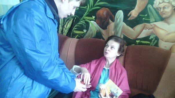 Местные активисты организовали доставку святой воды в больницу, фото-2