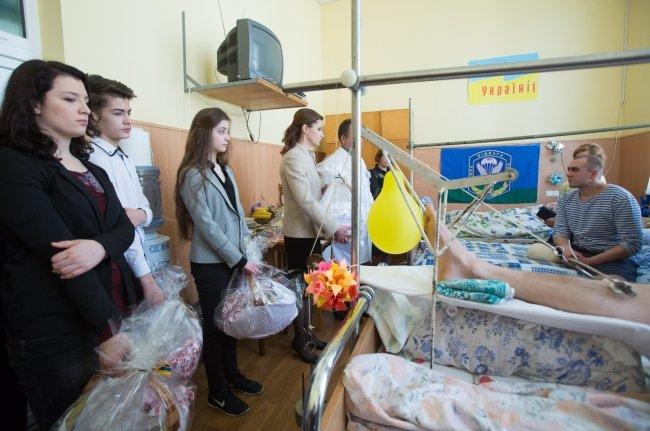 Родина Порошенка привітала з Великоднем поранених Героїв (ФОТОРЕПОРТАЖ) (фото) - фото 1