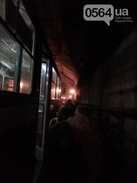 В Кривом Роге: обокрали волонтерский штаб, скоростной трамвай задымился в тоннеле, а сепаратисты собрались под горисполкомом (фото) - фото 4