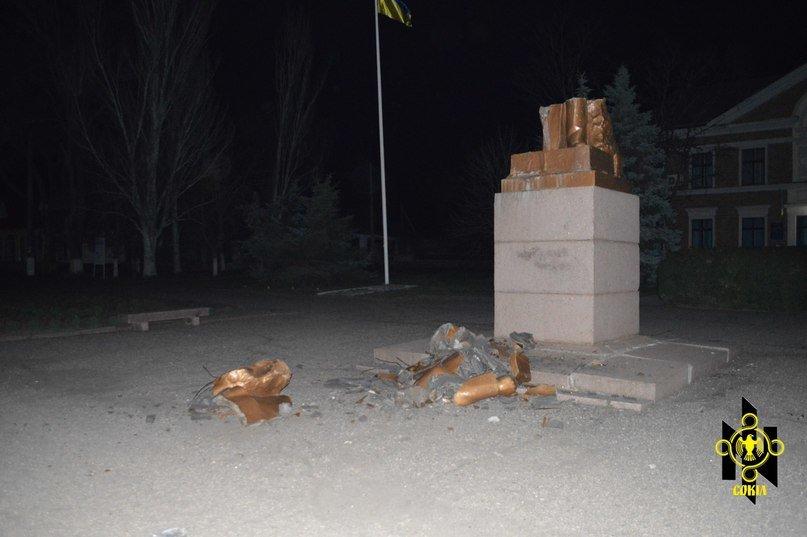Криворожане стали свидетелями падения трех памятников Ленина в Николаевской области (ФОТО) (фото) - фото 1