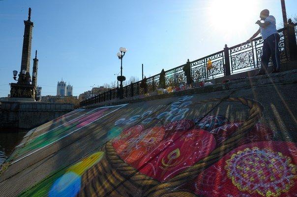 Пасхальная открытка-граффити появилась на склоне набережной Донецка, фото-2