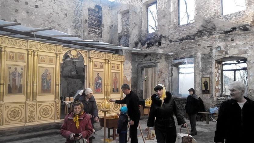 Фотофакт. В разрушенном артобстрелом донецком храме проводилось пасхальное богослужение (фото) - фото 1