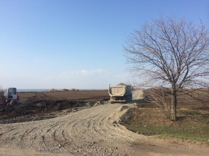 На окопы! Мариупольцы помогают военным оборудовать линию оборону со стороны Донецкой трассы (ФОТО) (фото) - фото 4