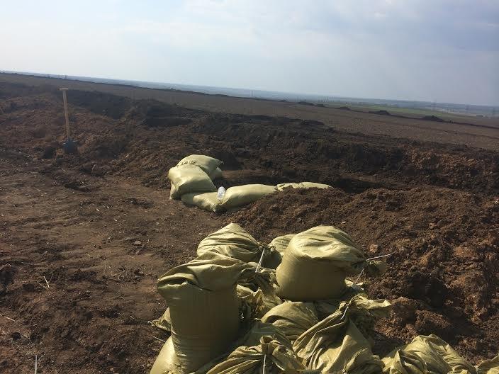 На окопы! Мариупольцы помогают военным оборудовать линию оборону со стороны Донецкой трассы (ФОТО) (фото) - фото 3