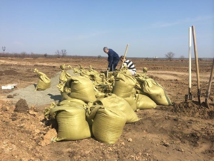 На окопы! Мариупольцы помогают военным оборудовать линию оборону со стороны Донецкой трассы (ФОТО) (фото) - фото 2