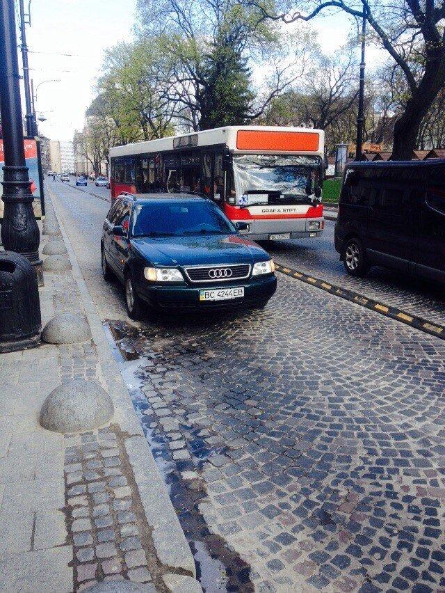 У Львові водій припаркував свою автівку на смузі для автобусів (ФОТОФАКТ) (фото) - фото 1