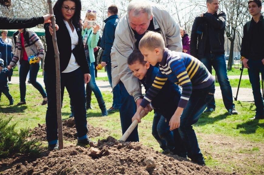 Манохин с внуками сжает дерево