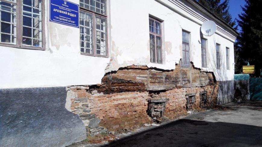 Величезні тріщини на будівлях, розвалений фундамент і гола цегла: обличчя Радомишля (фото) - фото 1