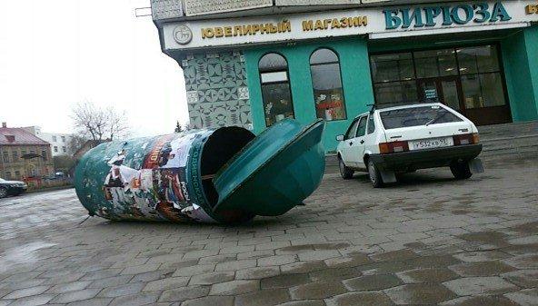 Фотофакт: в Гродно сильный ветер обрушил несколько деревьев и тумбу (фото) - фото 2