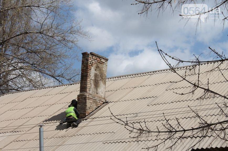 В Кривом Роге: кровельщики на крышах работали без страховки, соседи спасли женщину-инвалида, а активистов арестовали в Киеве (фото) - фото 2