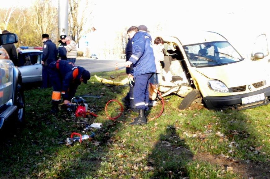 После ДТП в Чернигове водителя пришлось вырезать из автомобиля (фото) - фото 1