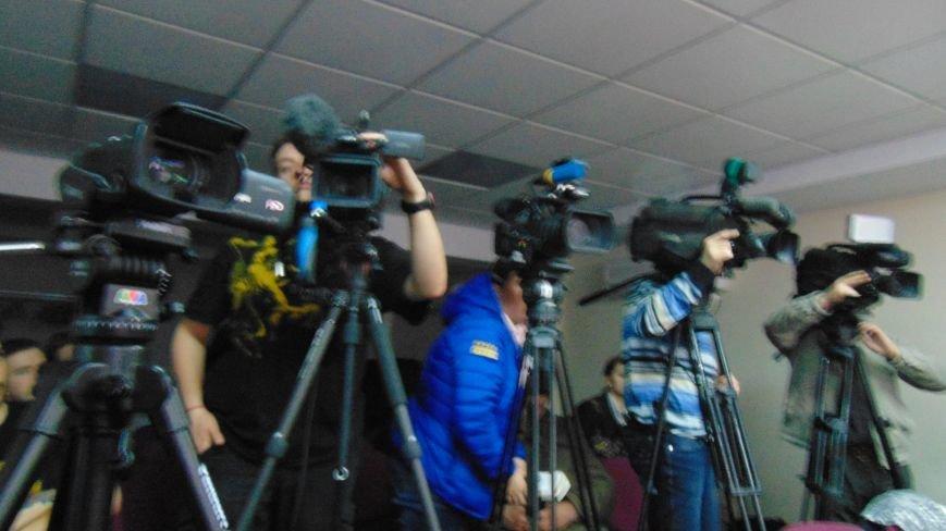Под Мариуполем в Широкино мирные жители с детьми спасаются в темных подвалах от обстрелов, - Хуг (ФОТО) (фото) - фото 1