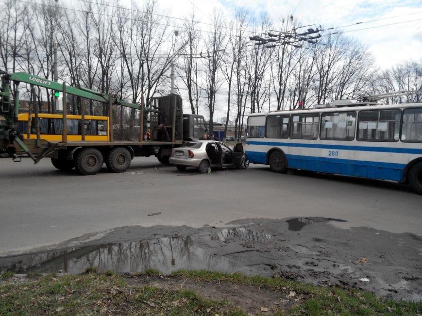 В Сумах кран-манипулятор протаранил легковик и въехал в троллейбус (ФОТО) (фото) - фото 1