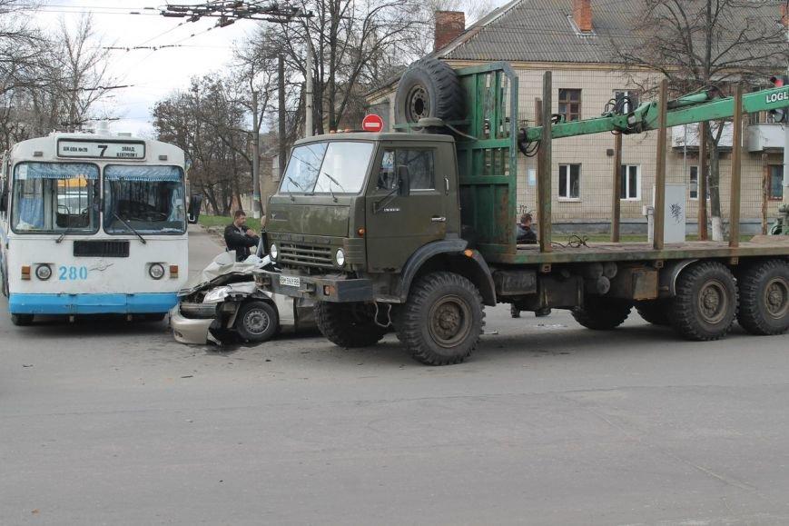 В Сумах кран-манипулятор протаранил легковик и въехал в троллейбус (ФОТО) (фото) - фото 2