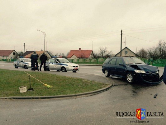 В Лиде столкнулось три автомобиля: у пассажирки сломана ключица (фото) - фото 1