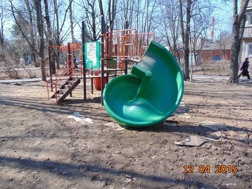 В прошлую субботу в Троицке на улице Пушковых рухнула детская горка! (фото) - фото 1