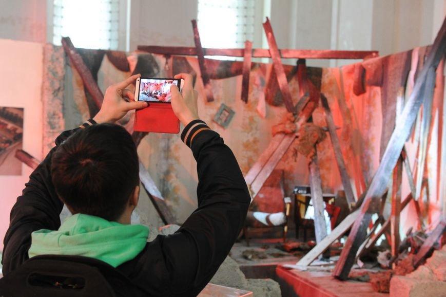 В Москве открылась скандальная выставка, посвященная годовщине войны на Донбассе (фото) - фото 9