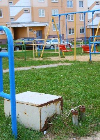 Фотофакт: на детской площадке по ул. Кабяка лежит неизвестный ящик с проводами (фото) - фото 1