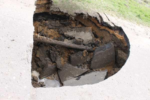 В Слониме на дороге обвалился асфальт: попавший туда автомобиль пришлось доставать спасателям (фото) - фото 2
