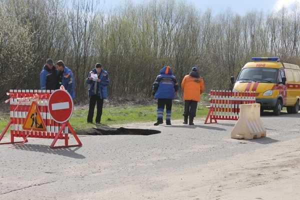 В Слониме на дороге обвалился асфальт: попавший туда автомобиль пришлось доставать спасателям (фото) - фото 1