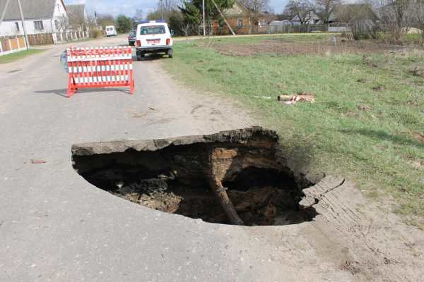 В Слониме на дороге обвалился асфальт: попавший туда автомобиль пришлось доставать спасателям (фото) - фото 3