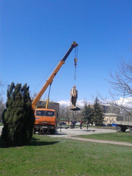 В Новоазовске неоднозначно отнеслись к открытию памятника Ленина после реставрации(Фотофакт) (фото) - фото 2