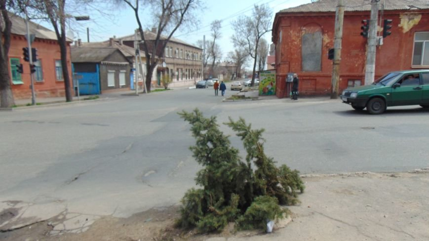В Мариуполе  жителей от травм при падении в люк  спасают дежурные елка и стул (ФОТОФАКТ) (фото) - фото 1