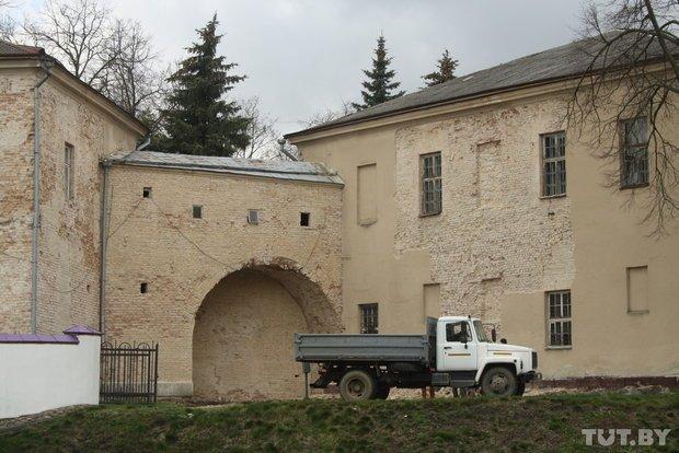 Фоторепортаж: в Старом замке снимают штукатурку и исследуют стены (фото) - фото 10
