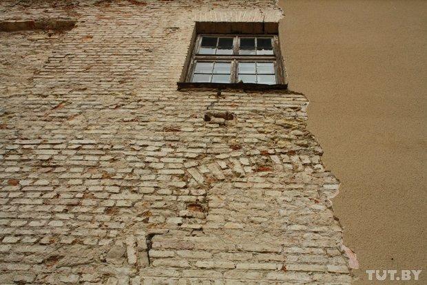 Фоторепортаж: в Старом замке снимают штукатурку и исследуют стены (фото) - фото 9