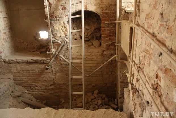 Фоторепортаж: в Старом замке снимают штукатурку и исследуют стены (фото) - фото 7