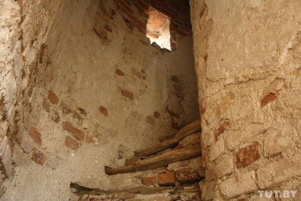 Фоторепортаж: в Старом замке снимают штукатурку и исследуют стены (фото) - фото 4