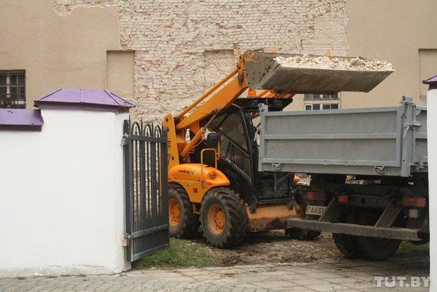 Фоторепортаж: в Старом замке снимают штукатурку и исследуют стены (фото) - фото 11