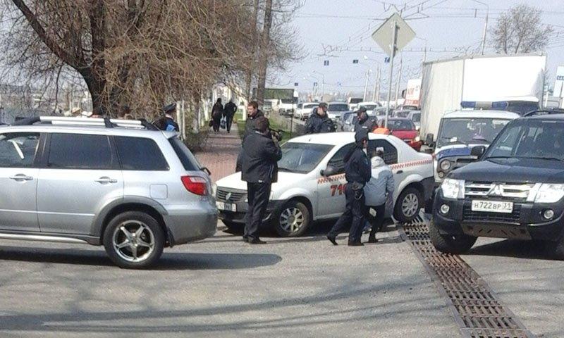 В Белгороде на глазах у горожан задержали ехавших в такси мужчин (фото) - фото 1