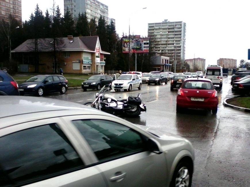 в Троицке на Октябрьском проспекте мотоцикл Харли-Дэвидсон столкнулся с кроссовером (ФОТО), фото-1